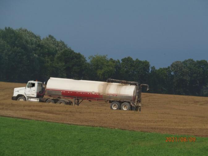 Warner tanker liquid manure application on cut wheat field, Adrian Twp., 08.09.2021